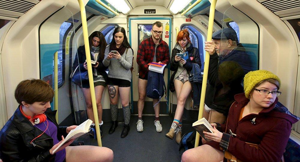 В метро без штанов - флешмоб в Лондоне