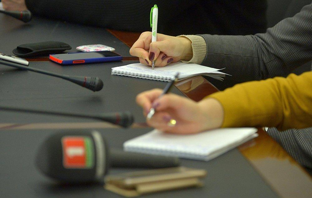 Журналисты работают в пресс-центре Sputnik