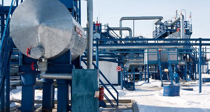 Комуникации и установки подготовки и перекачки нефти, архивное фото