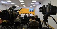 Журналисты в ходе телемоста в пресс-центре Sputnik