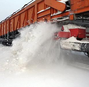 Работа снегоуборочной машины по очистке железнодорожных путей
