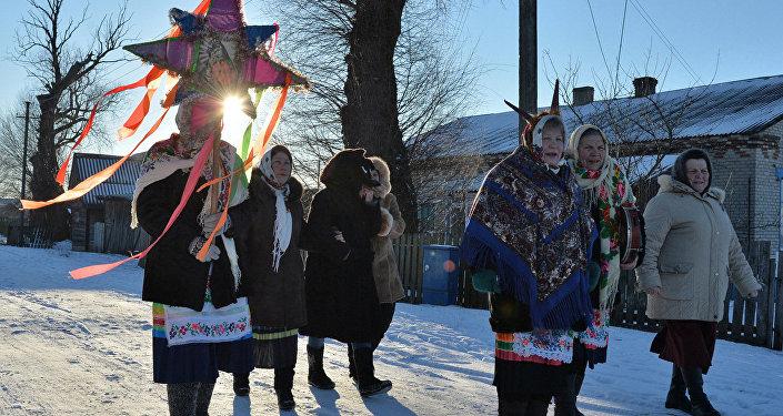 Жыхары вёскі Пагост ў Гомельскай вобласці на калядных гуляннях