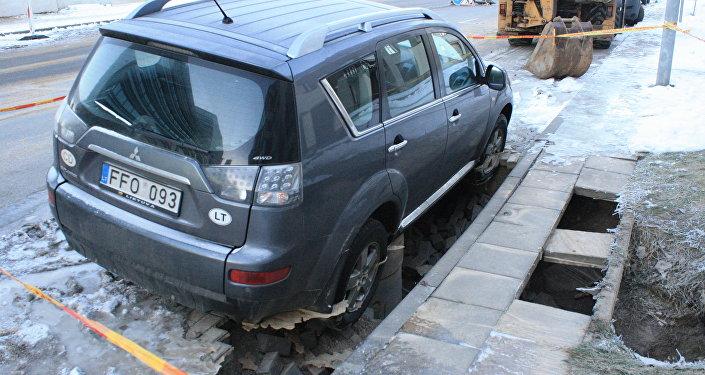Автомобиль Mitsubishi провалился в яму в Вильнюсе