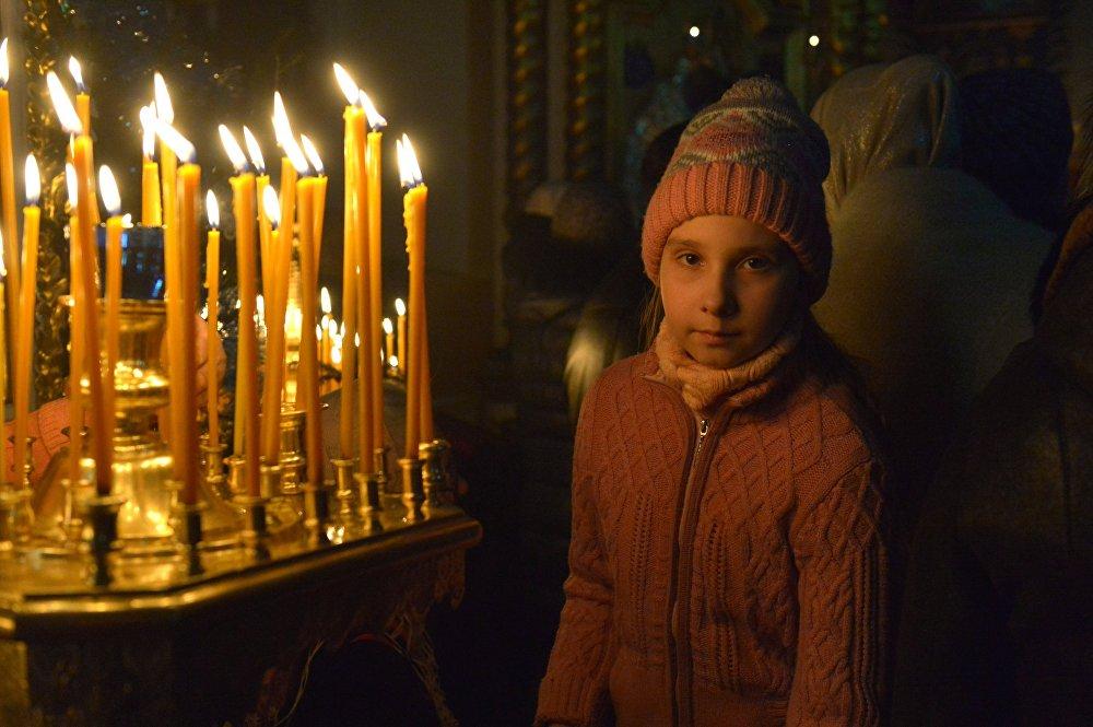 Девочка на Рождественском богослужении в Свято-Варваринском кафедральном соборе в Пинске (Брестская область)