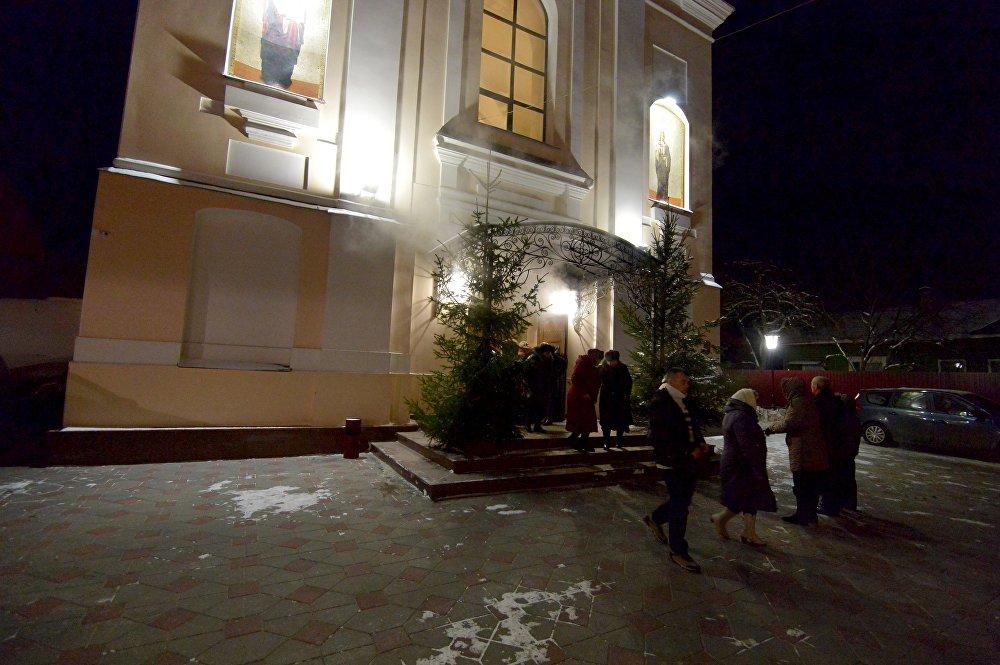 Священники причащают прихожан в Свято-Варваринском кафедральном соборе в Пинске (Брестская область) во время Рождественского богослужения