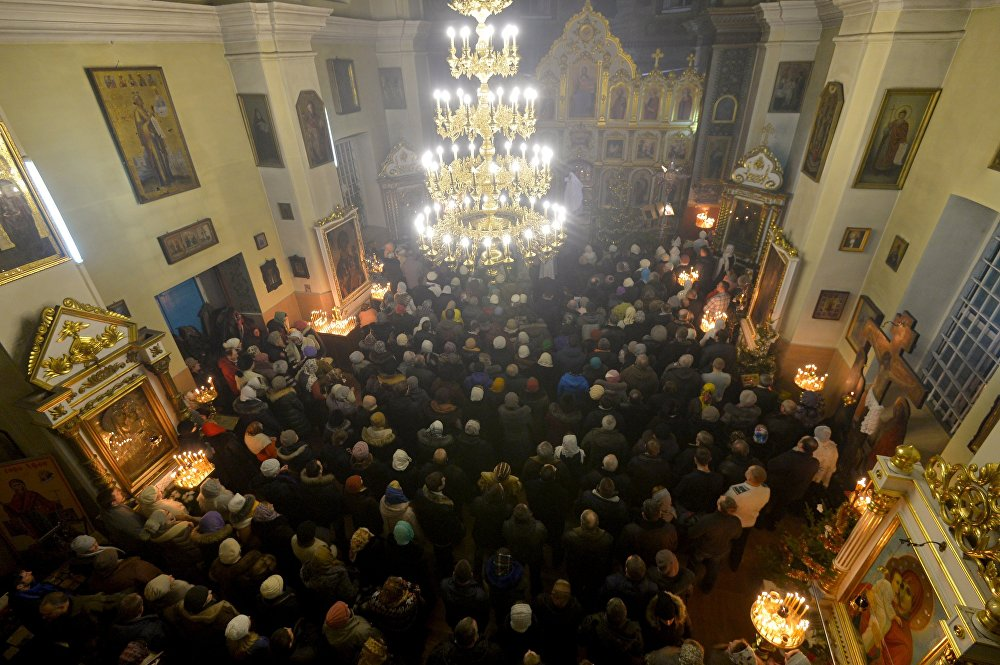Прихожане на праздничном богослужении в Рождественскую ночь в Свято-Варваринском кафедральном соборе в Пинске (Брестская область)