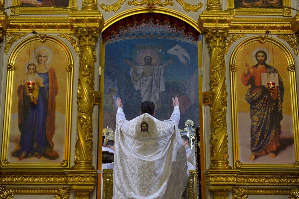 Настоятель Свято-Варваринского кафедрального собора в Пинске (Брестская область) отец Константин проводит праздничное богослужение в Рождественскую ночь