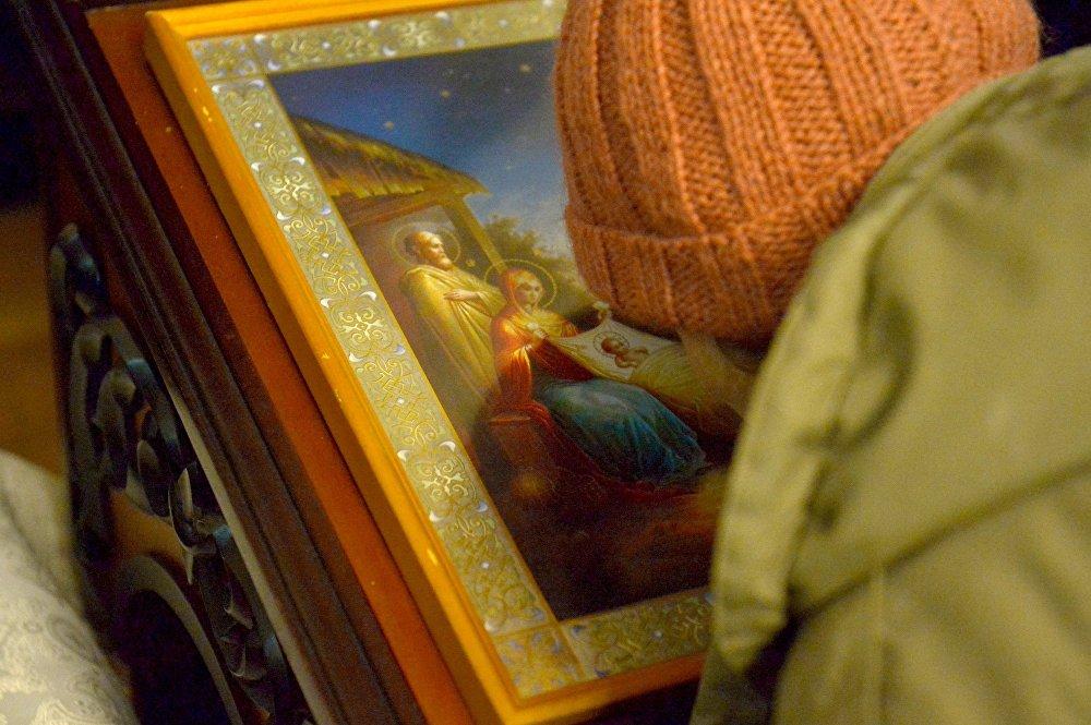 Прихожане поклоняются иконе Рождество Христово в Свято-Варваринском кафедральном соборе в Пинске (Брестская область) во время Рождественской литургии