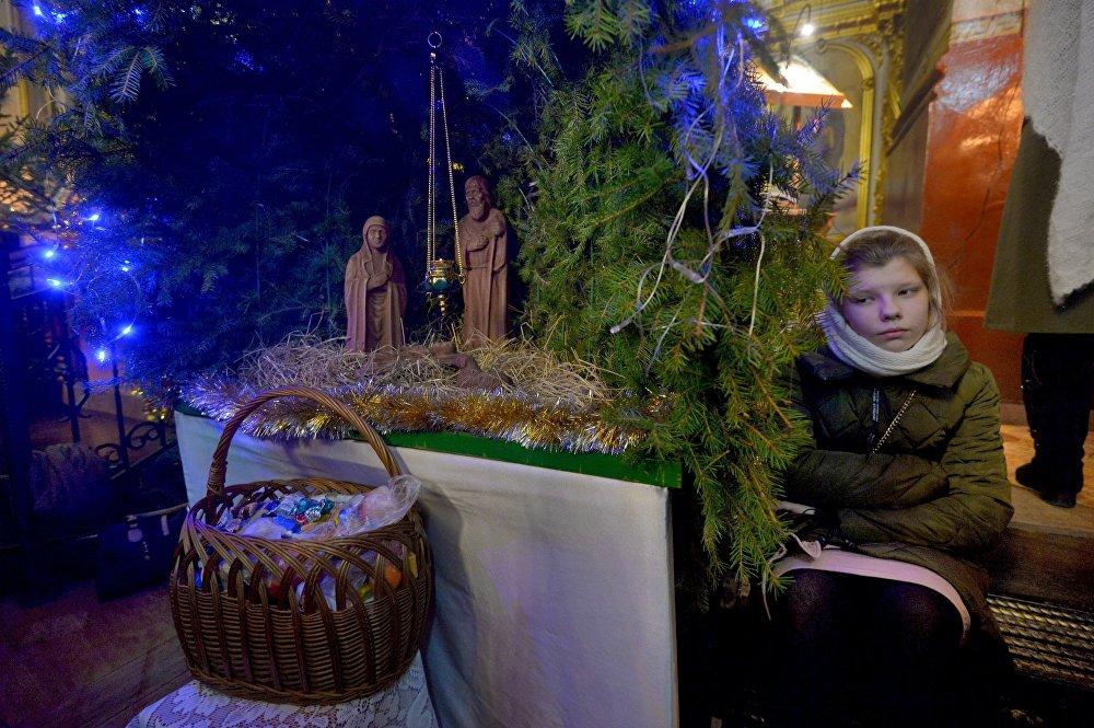 Прихожане возле Рождественского вертепа в Свято-Варваринском кафедральном соборе в Пинске (Брестская область) во время праздничной литургии