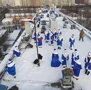 Дед Мороз с крыши: как в одной из больниц Москвы поздравили детей