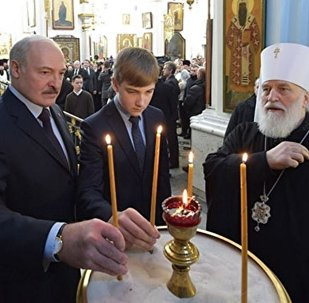 Президент Беларуси Александр Лукашенко 7 января в праздник Рождества Христова посетил Свято-Духов кафедральный собор, где зажег рождественскую свечу у Минской иконы Божией Матери