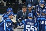 Андрей Ковалев дает указания команде во время перерыва