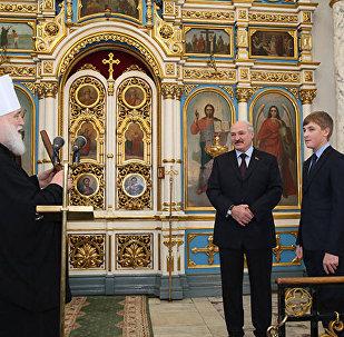 Посещение Свято-Духова кафедрального собора в Минске: Александр и Николай Лукашенко