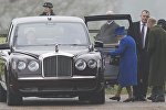 Королева в темно-синем пальто и в шляпке в тон приехала на службу в церковь святой Марии Магдалины