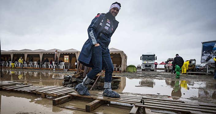 Пилот Peugeot Сириль Депре на бивуаке в Боливии