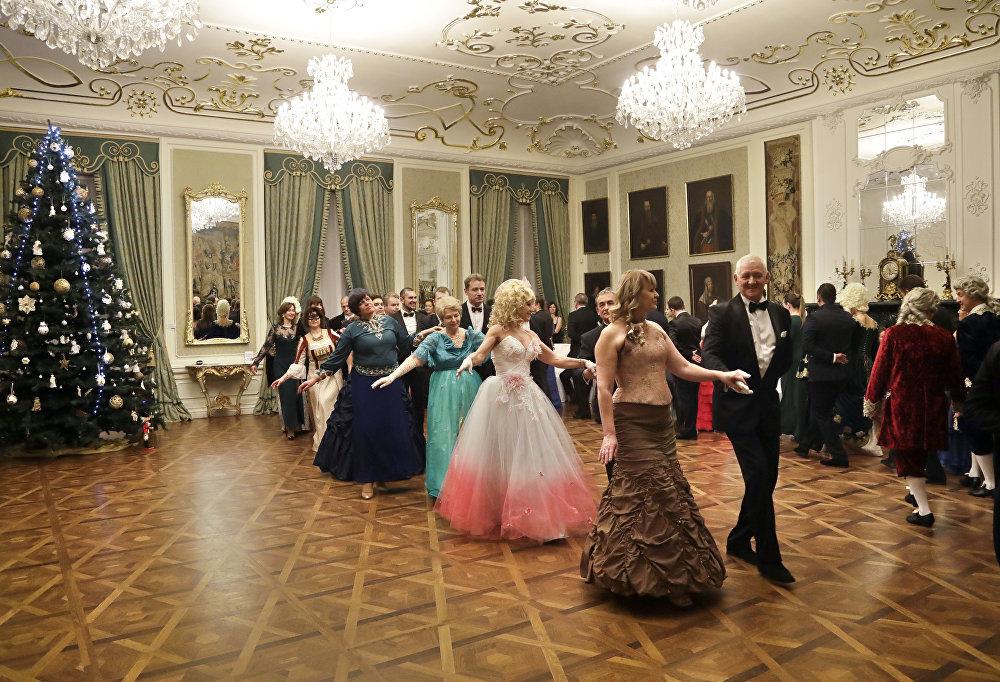 Захоўваючы традыцыі якія склаліся, Мірскі баль праходзіць у раскошных інтэр'ерах Партрэтнай залы.
