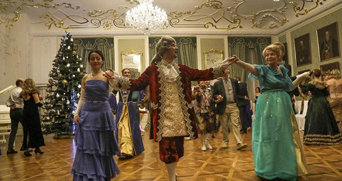 У гэты раз госці патрапілі у 1761 год, на баль з нагоды імянінаў Тэафіліі Канстанцыі Радзівіл, сястры князя Пане Каханку.
