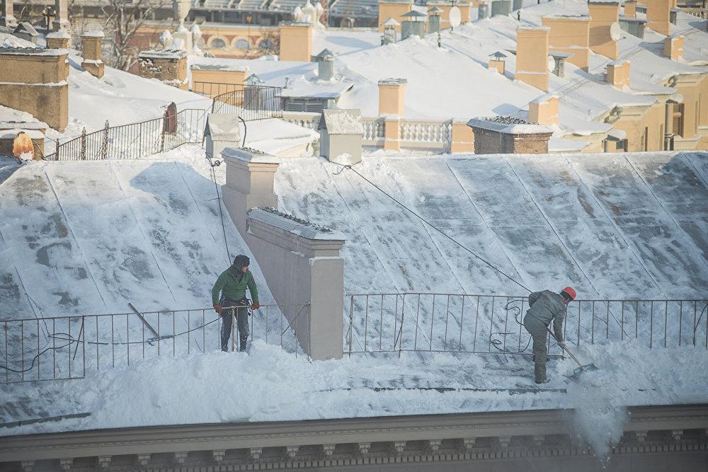 Очистка крыш от снега в Минске