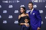 Португальский футболист Криштиану Роналду с сыном и девушкой
