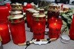 Свечи и нагрудные знаки летчиков возле авиакомпании Germanwings в Кельне