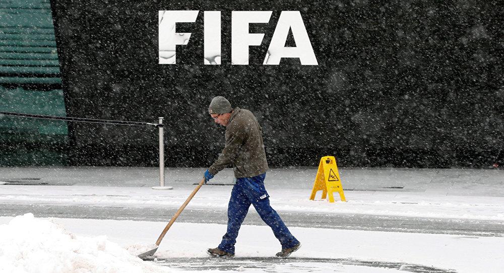 Уборка снега у штаб-квартиры ФИФА в Цюрихе