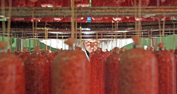 Производство колбас, архивное фото