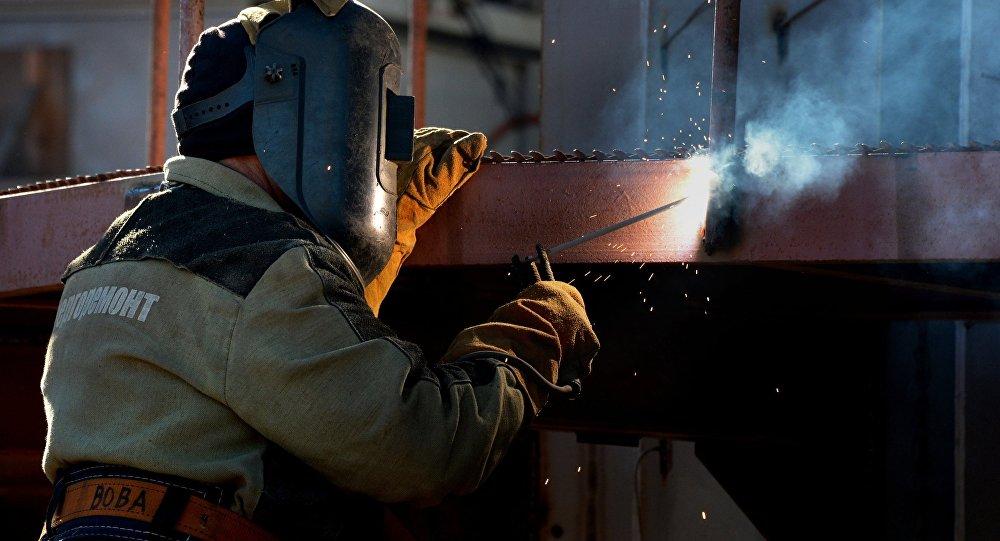 Рабочий во время строительства
