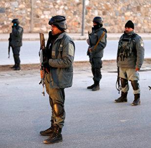 Афганские полицейские рядом с местом взрыва в Кабуле