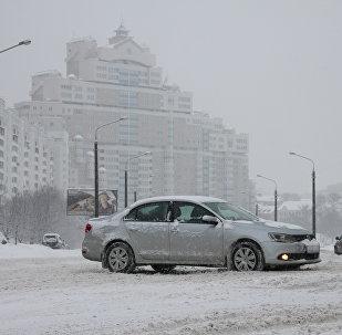 Автомобиль на заснеженной улице Минска