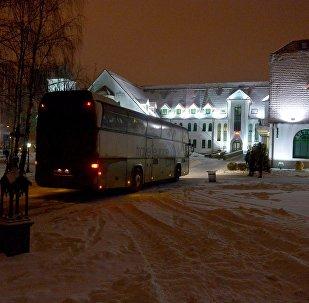 Автобус с участники детского хора Всехсвятского прихода подъезжает к Дому милосердия