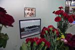 Люди несут цветы к аэропорту Сочи в память о погибших в авиакатастрофе