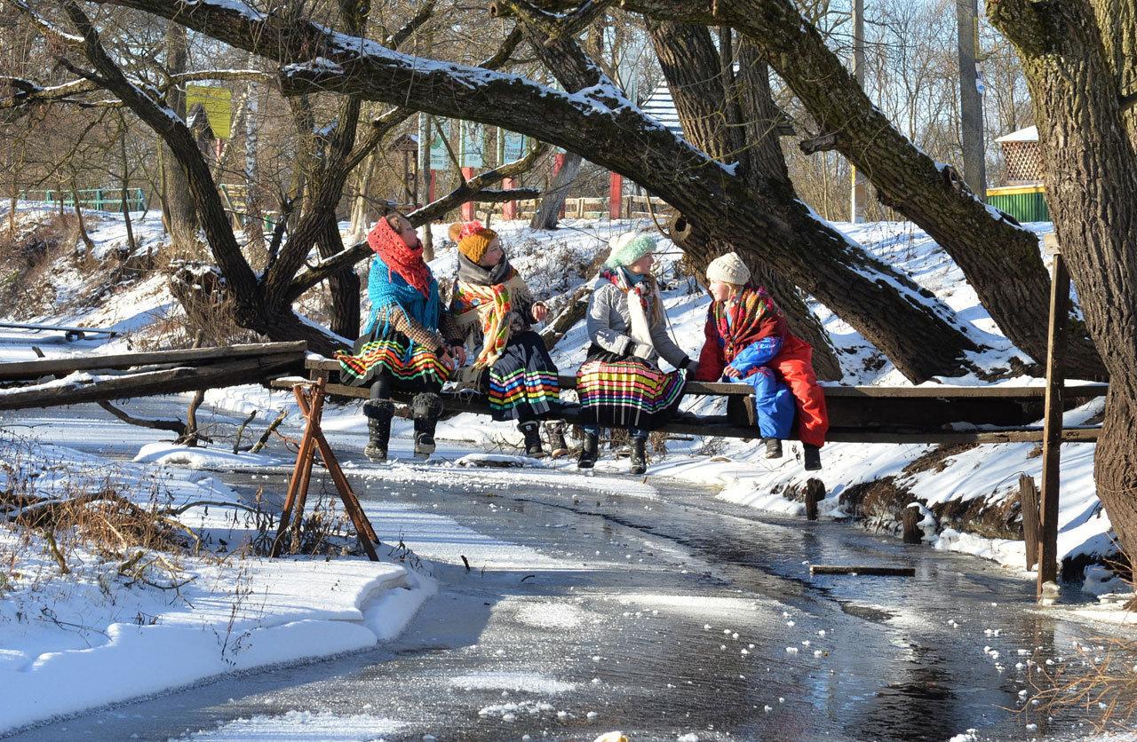 Дети готовятся к колядным гуляниям в деревне Озераны в Гомельской области