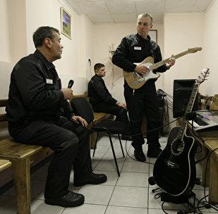Заключенные репетируют перед выступлением, архивное фото