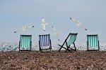 Шезлонги на пляже, архивное фото