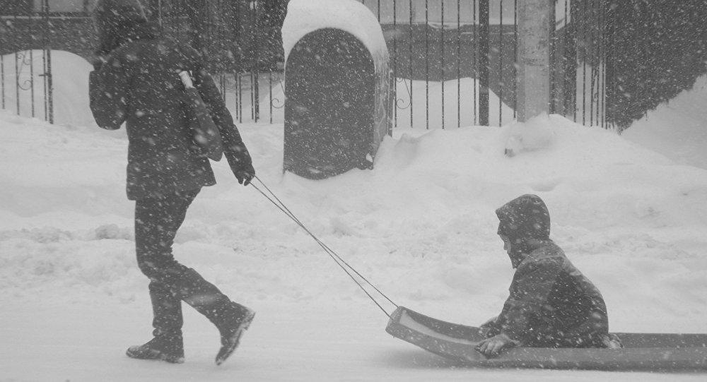 Жителей столицы ожидают снежные иветреные выходные
