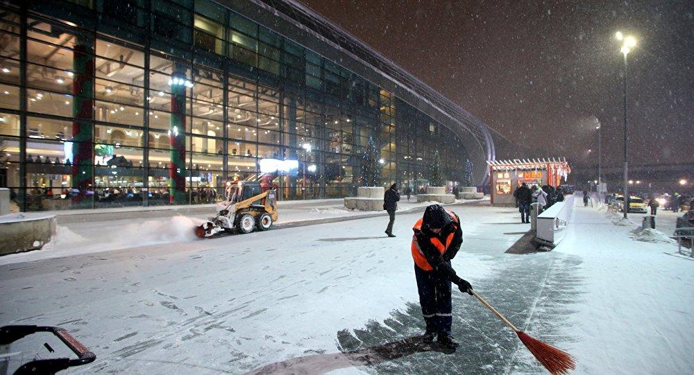 Супрацоўнік камунальных службаў прыбірае снег ля збудавання аэрапорта Дамадзедава ў Маскве
