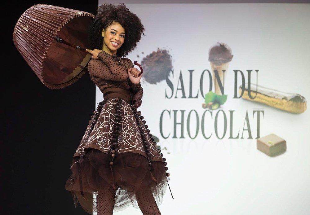 Модель в платье из шоколада на показе Fashion Chocolate Show