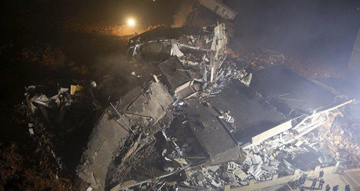 Руины здания, разрушенного в результате схода оползня в Китае