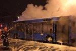 Сотрудники МЧС тушат автобус
