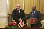 Президент Беларуси Александр Лукашенко и Президент Судана Омар Хасан Ахмед аль-Башир во время подписания документов по итогам переговоров, 17 января 2017 года