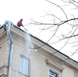 Как убирают снег с крыш минских домов