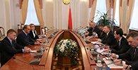 Премьер-министр Беларуси Андрей Кобяков встретился с владельцем группы компаний Кроноспан Питером Кайндлом