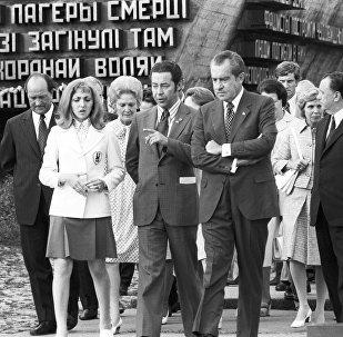 Президент США Ричард Никсон и первый секретарь ЦК КП Белоруссии Петр Машеров в мемориальном комплексе Хатынь