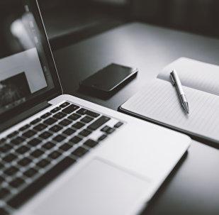 Компьютер, блокнот и ручка