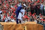 Поцелуй в конце войны. Инсценировка известной американской фотографии на параде в Китае