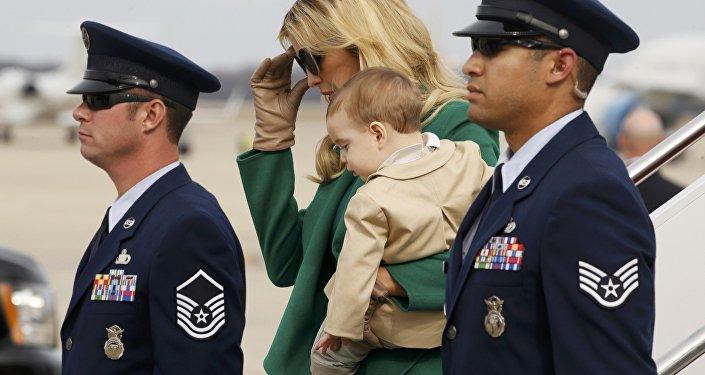 Иванка Трамп с сыном Джозефом в аэропорту Вашингтона