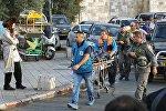 Израильские спасатели транспортируют тело палестинца, застреленного при попытке зарезать полициейских