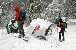 Автомобили, занесенные снегом после схода лавины в центральной части Италии
