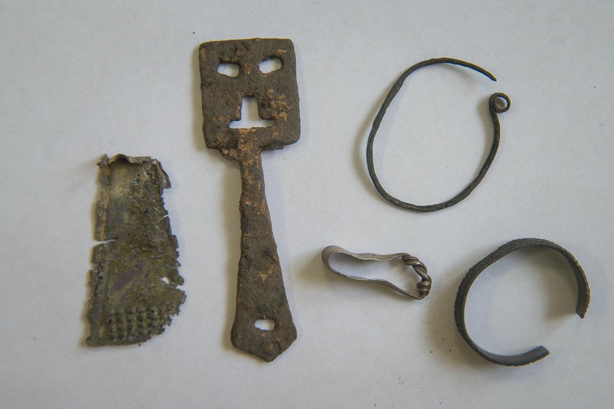 Упрыгажэнні (падвескі, пярсцёнкі) і старажытны ключ 9–10 стст.