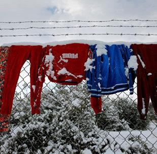 Вещи в лагере беженцев на севере Афин